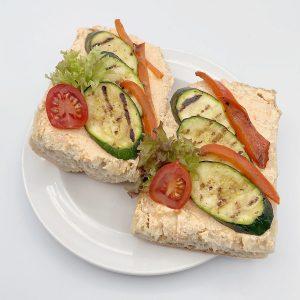Ciabatta mit Paprika-Fetacreme, gegrillter Paprika und Zucchini